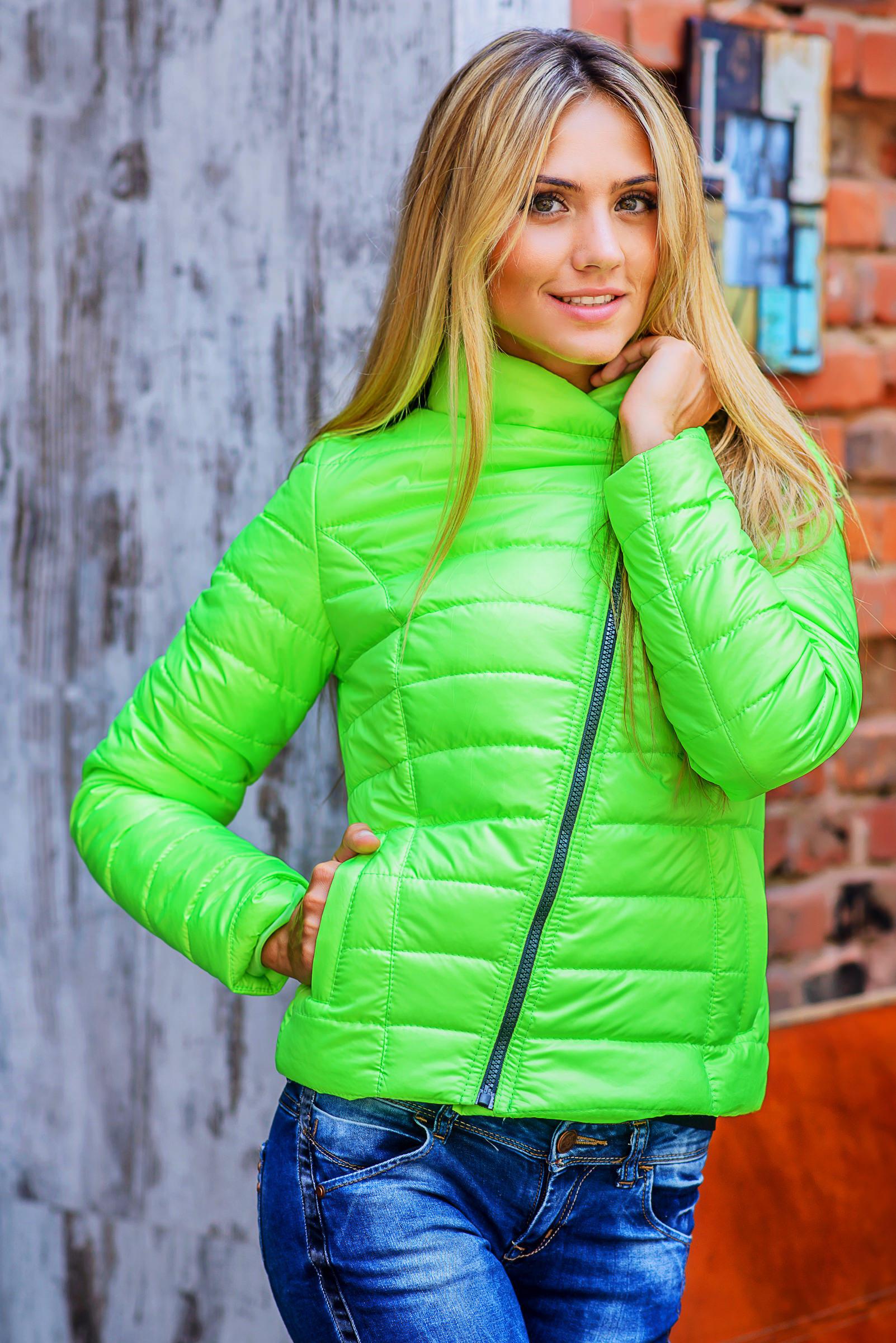 Модные зеленые куртки